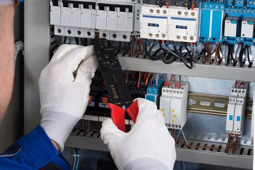 Sähköasentaja tekee töitä Helsingissä