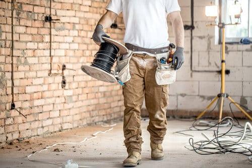 sähkömies on työn touhussa keravalla