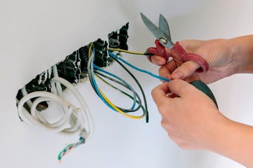sahkomies tekemässä sähkötöitä asunnossa