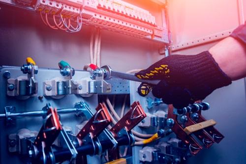 jtk sähkön sähkömies tekee sähköasennusta tuusulassa