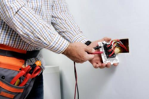jtk sähkön asentaja tekee sähköasennusta